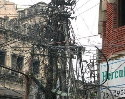 Electric poles crowded (India).jpg